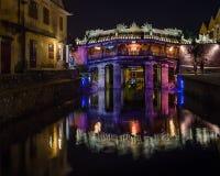 Opinião da noite da ponte japonesa antiga com luzes em Hoi An Vietnam Fotografia de Stock