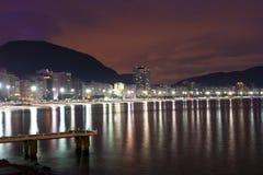 Opinião da noite da praia de Copacabana em Rio de janeiro fotos de stock royalty free