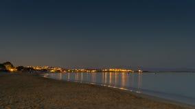 Opinião da noite da praia dourada ou do Xrisi Akti na ilha de Paros em Grécia Fotografia de Stock