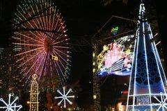 A opinião da noite da roda de Ferris do parque e a iluminação iluminam-se imagem de stock