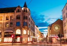 Opinião da noite da rua de Kirkeristen em Oslo, Noruega Fotografia de Stock
