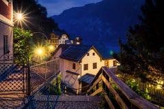 Opinião da noite da rua e das casas autênticas em Hallstatt, Áustria Imagem de Stock