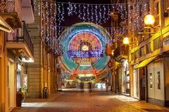 Opinião da noite da rua pedestre em alba, Itália Imagem de Stock