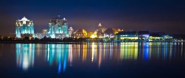 Opinião da noite da skyline da arquitectura da cidade de Putrajaya Imagens de Stock