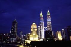 Opinião da noite da skyline do quilolitro, Kuala Lumpur, Malásia Fotografia de Stock Royalty Free