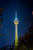 Opinião da noite da torre do quilolitro em Kuala Lumpur Imagens de Stock