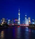 Opinião da noite da torre oriental da tevê da pérola de Shanghai Fotografia de Stock