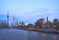 Opinião da noite da torre oriental da tevê da pérola de Shanghai Foto de Stock Royalty Free