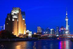 Opinião da noite da torre oriental da tevê da pérola de Shanghai Imagens de Stock Royalty Free