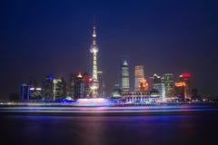 Opinião da noite da torre oriental da tevê da pérola de Shanghai Fotos de Stock