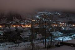 Opinião da noite da vila de Kazbegi fotos de stock royalty free