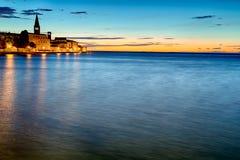 Opinião da noite da vila europeia pelo mar fotos de stock