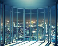 Opinião da noite das construções da janela alta da elevação Fotos de Stock