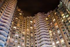 Opinião da noite das janelas em um arranha-céus fotografia de stock royalty free
