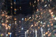 Opinião da noite das janelas em um arranha-céus imagens de stock royalty free