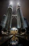 Opinião da noite das torres gémeas de Petonas em Malaysia Imagens de Stock Royalty Free