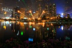 Opinião da noite de Banguecoque do parque de Benchakitti no distrito financeiro Foto de Stock Royalty Free