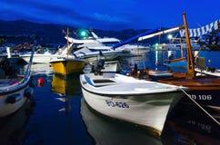 Opinião da noite de barcos e de iate de prazer no cais no oа Budva do passeio, Montenegro Fotos de Stock