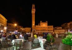 Opinião da noite de Campo Quadrado Praça del Campo, de Palazzo Pubblico e de Mangia Torre Torre del Mangia em Siena, Toscânia Fotos de Stock Royalty Free
