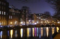 Opinião da noite de canais de Amsterdão fotografia de stock royalty free