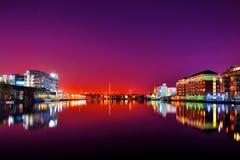 Opinião da noite de Dublin da zona das docas Fotografia de Stock