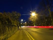 Opinião da noite de EDIMBURGO, ESCÓCIA 5 de fevereiro de 2016 - na estrada com luz, Edimburgo, Escócia, Reino Unido Imagens de Stock Royalty Free