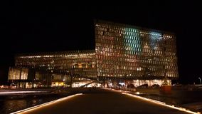 Opinião da noite de Harpa iluminado, Reykjavik, Islândia filme