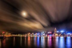 Opinião da noite de Hong Kong com reflexões de luz na nuvem em imagens de stock