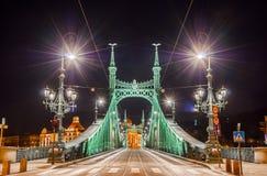 Opinião da noite de Liberty Bridge ou da ponte da liberdade em Budapest, Hungria Imagens de Stock