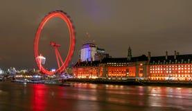Opinião da noite de London Eye e do condado salão da ponte de Westminster, Londres, Reino Unido fotos de stock royalty free