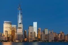 Opinião da noite de Manhattan fotografia de stock royalty free