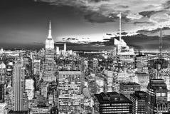 Opinião da noite de Manhattan da plataforma de observação do ` s do arranha-céus fotos de stock royalty free