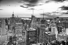 Opinião da noite de Manhattan da plataforma de observação do ` s do arranha-céus imagens de stock
