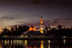 Opinião da noite de Masjid Tengku Tengah Zaharah fotos de stock royalty free