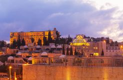 Opinião da noite de ruas do Jerusalém com rei David Hotel Building, Israel fotos de stock royalty free