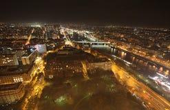 Opinião da noite de Seine do rio da torre Eiffel paris imagens de stock royalty free