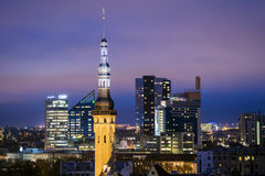 Opinião da noite de Tallinn, Estónia fotos de stock royalty free