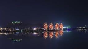 Opinião da noite de um illumi artificial da ilha de Phoenix e da cidade de Sanya Imagem de Stock