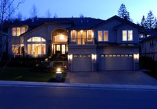 Opinião da noite de uma casa Imagem de Stock Royalty Free