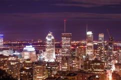 Opinião da noite de uma cidade moderna da parte superior imagem de stock