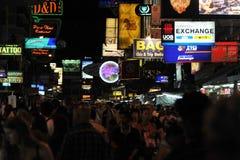 Opinião da noite de uma rua movimentada em Banguecoque Imagens de Stock