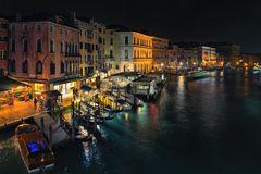 Opinião da noite de Veneza da ponte de Rialto Imagem de Stock Royalty Free