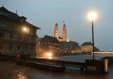 Opinião da noite de Zurique durante a chuva com a grande igreja da igreja bruta foto de stock royalty free