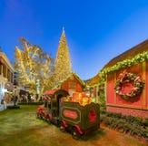 Opinião da noite da decoração do trem do Polo Norte com tre do Natal fotos de stock