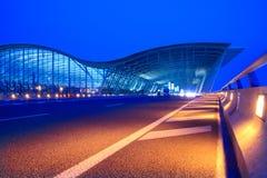 Opinião da noite do aeroporto do pudong EM SHANSHAI Fotografia de Stock