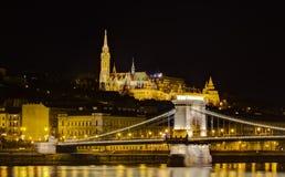 Opinião da noite do bastião da ponte Chain e do pescador Fotos de Stock Royalty Free