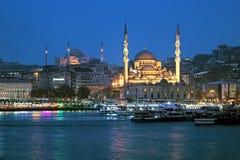 Opinião da noite do cais de Yeni Mosque e de Eminonu em Istambul, Turquia Imagem de Stock Royalty Free