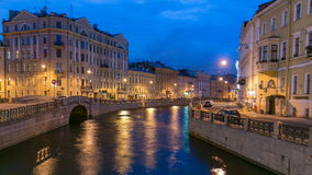 Opinião da noite do cais do rio de Moyka com segundo timelapse da ponte do inverno St Petersburg, Rússia filme