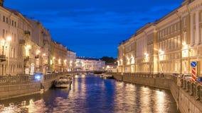 Opinião da noite do cais do rio de Moyka com timelapse da ponte St Petersburg, Rússia filme