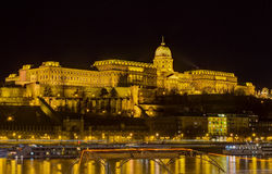 Opinião da noite do castelo de Buda, Budapest, Hungria Imagem de Stock Royalty Free